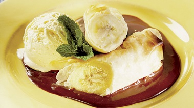 Filo-Wrapped Bananas with Chocolate Sauce