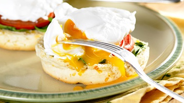 PoachedEggsWithTomatosSpinachOnCheddarScones099840x470
